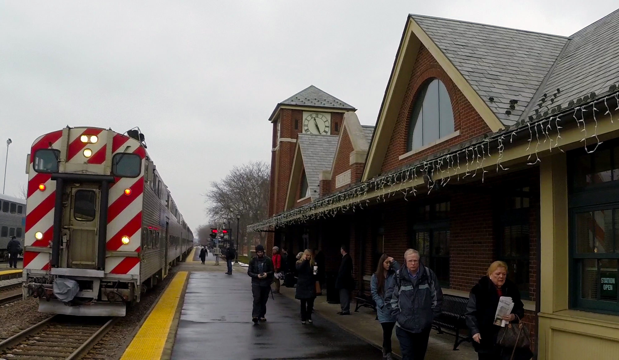 Retowned_Palatine_Train_Approaches_Lights_2000_x_1165
